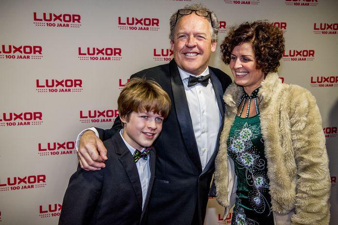 Bert Visscher met zijn gezin op de rode loper tijdens het Luxor 100 jaar jubileumgala in het oude Luxor Theater in 2017.