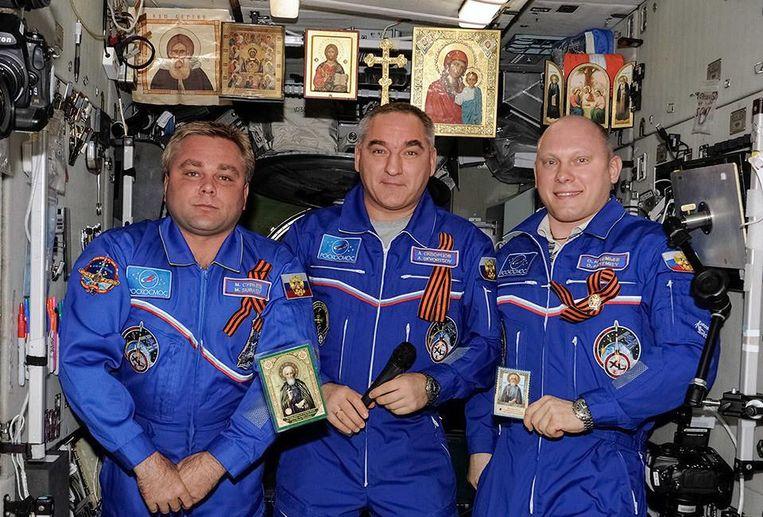 De Russiche kosmonaut Oleg Artemjev (midden) poseert met collega's. Diverse iconen en religieuze symbolen zijn zichtbaar. Beeld Instagram