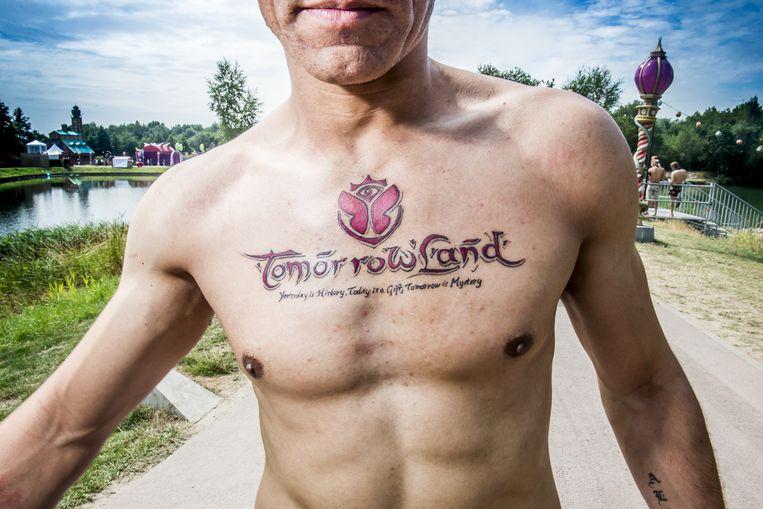Alvaro is 28 en komt uit Madrid. En ja, deze tatoeage is echt. Beeld Stefaan Temmerman