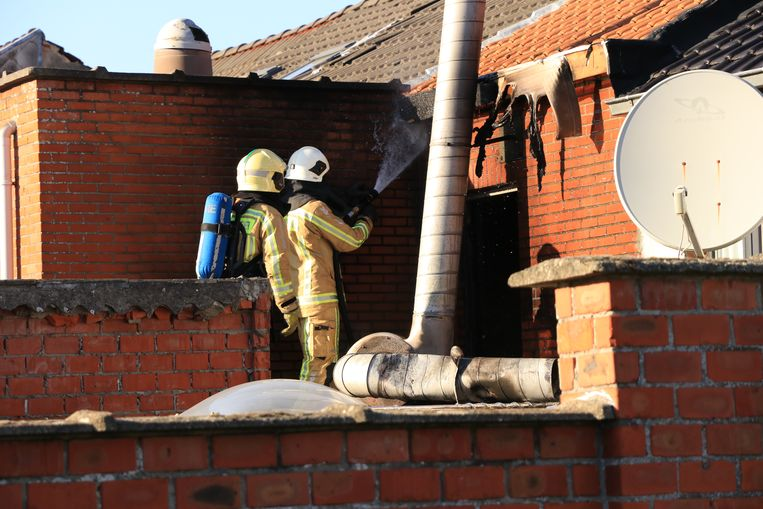 De brand situeerde zich op het dak van de achterbouw ter hoogte van de afzuiginstallatie.