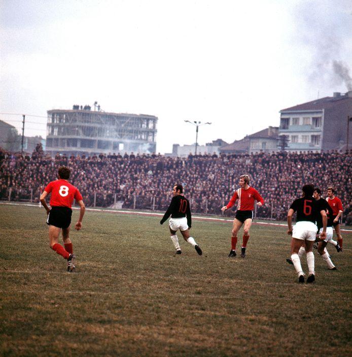 Beeld uit UEFA-cup duel Eskisehir Spor - FC Twente uit 1970: 3-2. In het midden Jan Jeuring, links René van der Kerkhof.