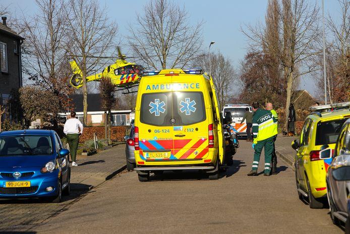 Een traumahelikopter landt in een woonwijk in Teuge om medische hulp te verlenen.