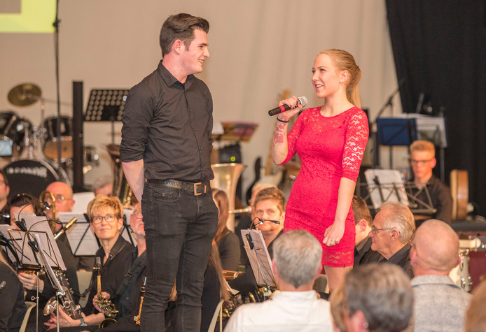Marleen van der Moere (17) opende samen met goede vriend Dyon Quist het benefietconcert  dat voor haar werd georganiseerd in de Wellevaete in Sint-Annaland. Omdat haar linkerhand plotseling verkrampte, kon ze geen piano spelen.  Aan het concert werkten zo'n 150 muzikanten mee.