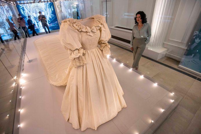 De trouwjurk van Diana wordt tentoon gesteld.