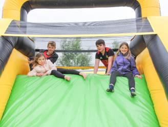 """Kinderen van Gemeenteschool """"De Weide Wereld"""" leven zich uit op Big Bounce Festival"""