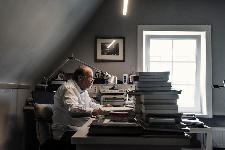 Hugo Camps in zijn werkkamer, thuis in Knokke.