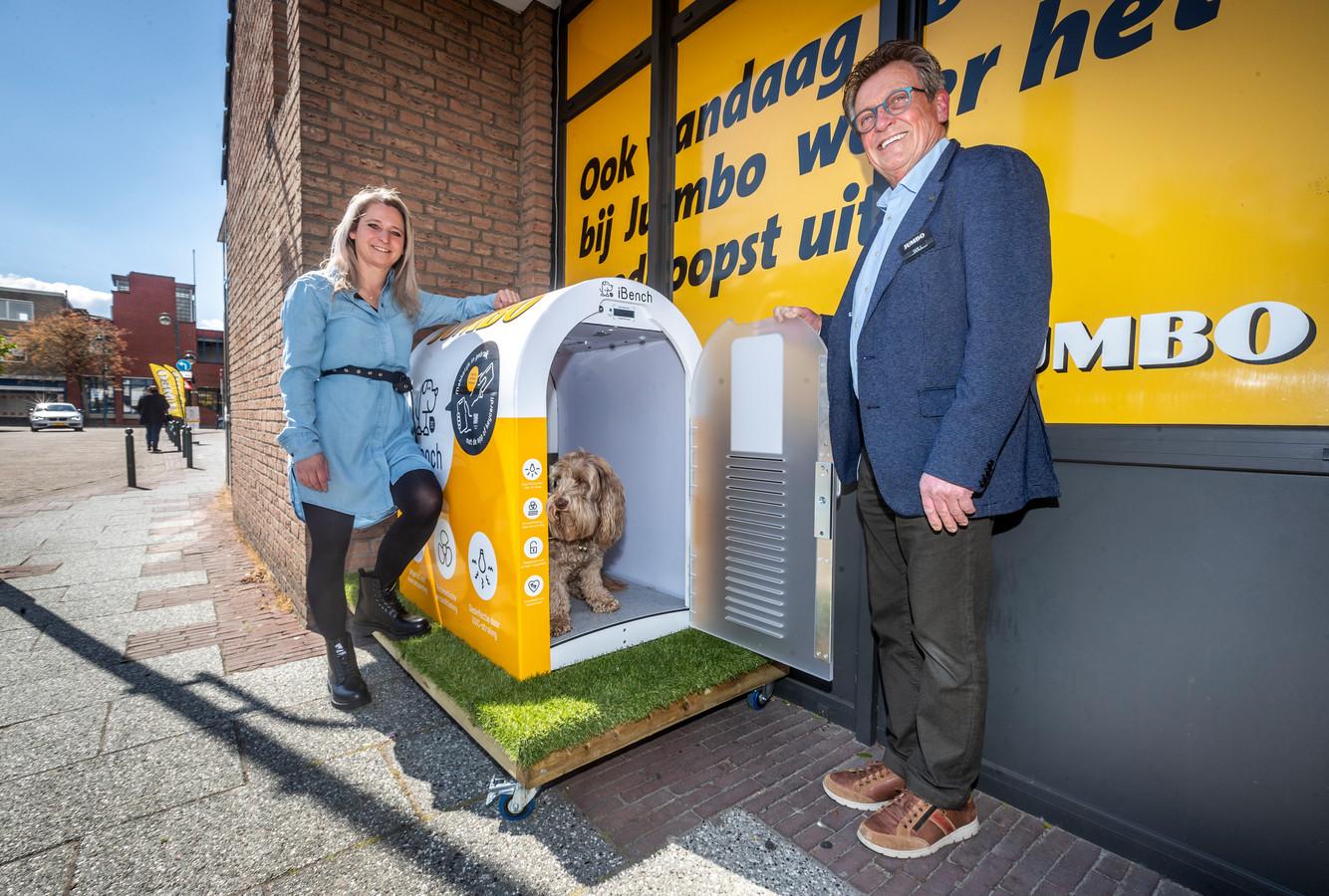 Een supermarkt in Budel heeft een hypermoderne bench in gebruik genomen. Labradoodle Júp test het onderkomen onder toeziend oog van supermarktmanager Wil Hesselberth en Haske de Laat van iBench.