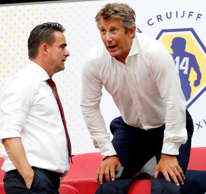 Edwin van der Sar (rechts) staat over Marc Overmars.