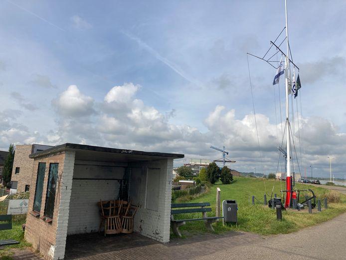 De vlaggenmast van schippersvereniging Sint Nicolaas op de Millingse dijk, naast een hokje dat ook als hangplek wordt gebruikt.