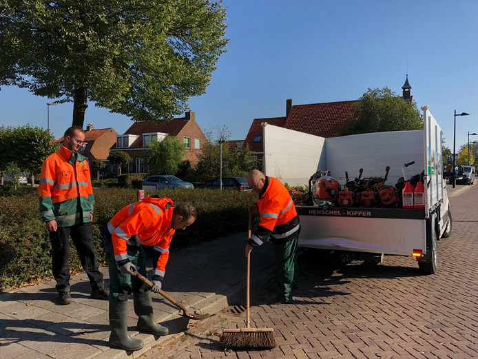 Wethouder Kees Weststrate (rechts)  van de gemeente Borsele werkt een dag mee met  Bart Verburg (links) en Kaj van de Berg van de buitendienst, ploeg 's-Gravenpolder.