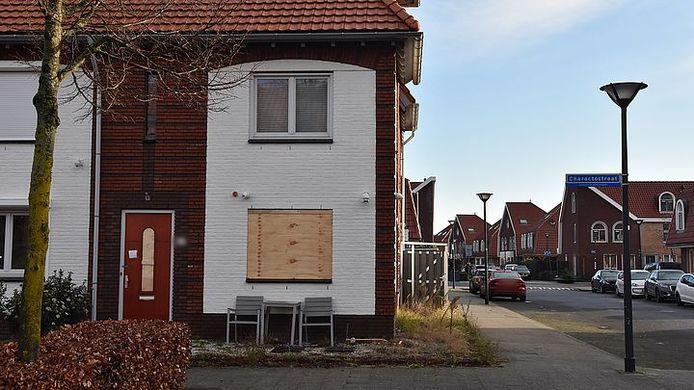 De woning in Capelle aan den IJssel.  Ook daar vlogen de kogels door het raam.