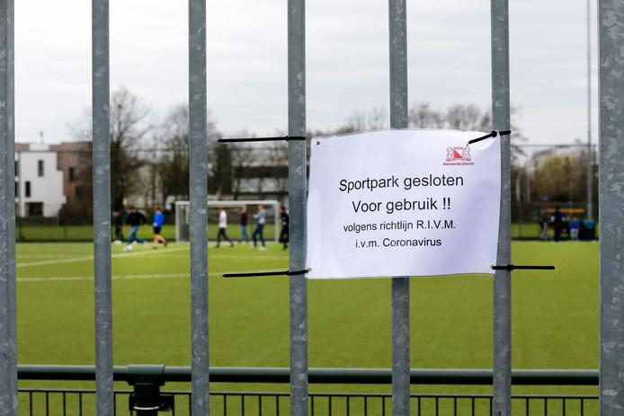 Ook al wordt er hier en daar stiekem door de jeugd gevoetbald, de sportparken in Nederland zijn vanwege het coronavirus de komende tijd dicht. En dat brengt veel clubs in financiële problemen.