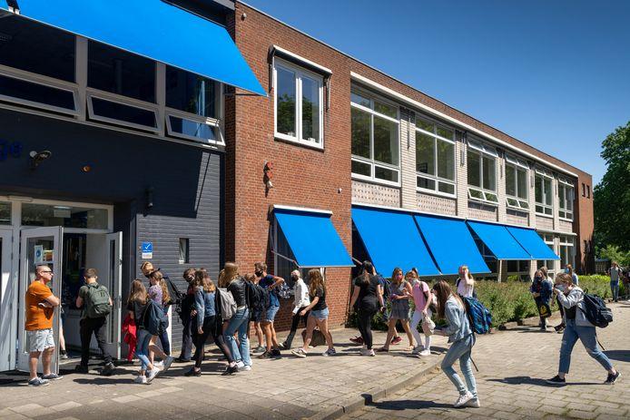 Met zijn allen weer naar binnen bij het Elde College in Sint-Michielsgestel. Vanaf maandag 7 juni moeten alle leerlingen in het voortgezet onderwijs weer naar school.