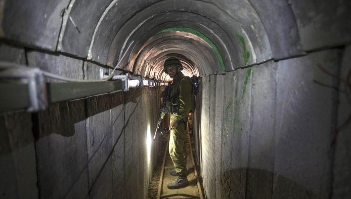 Een Israëlische legerofficier geeft journalisten een tour door een belegerde Hamas-tunnel.