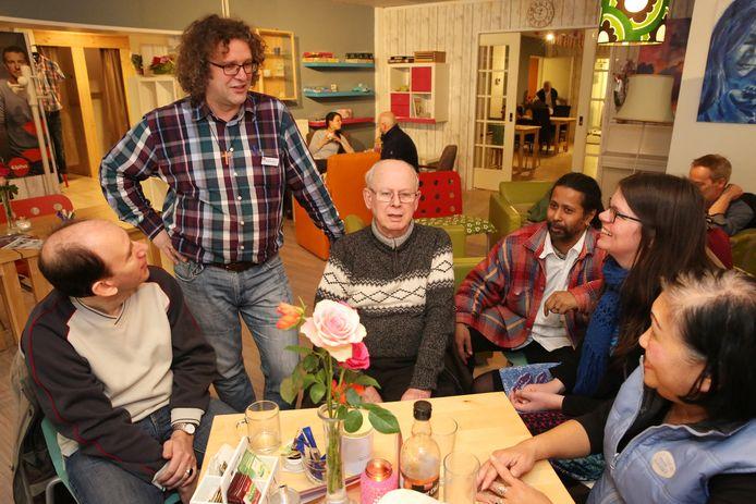 Albert-Jan Cloo enkele jaren geleden tussen gasten van inloophuis De Ontmoeting in het centrum van Deventer.