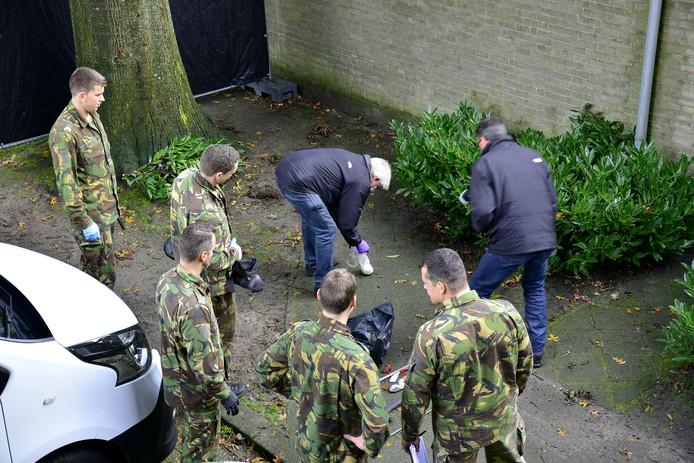Militairen en politie werken samen in een zoekactie aan de Bartokstraat in Tilburg.