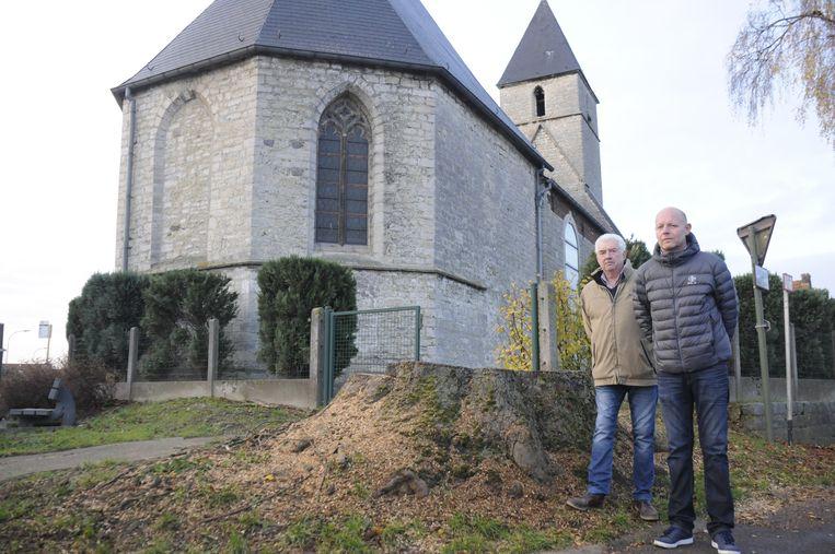 Luc Lallemand en raadslid David Geladé aan de afgekapte boom.