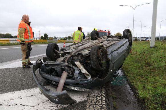 Het zwaarste ongeval deed zich voor met deze Peugeot 206 die over de kop ging.