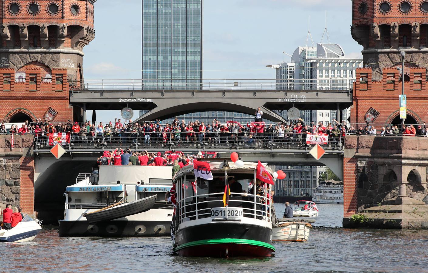 Oberbaumbrücke, Unionfans, Fandampfer FMSHelgard , Unionmannschaft fährt zur Aufstiegsfeier mit der FMS Viktoria ,