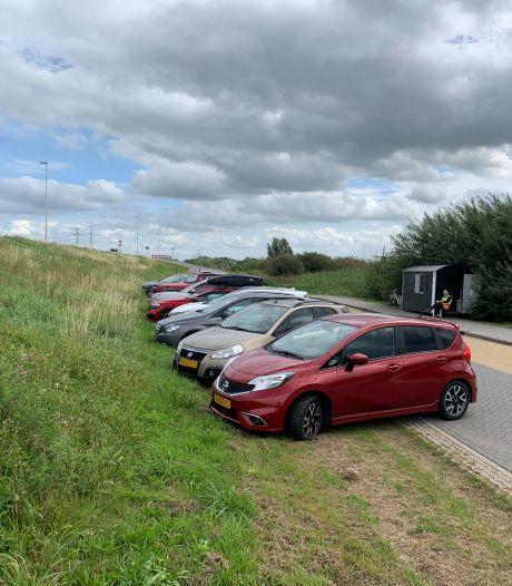 Auto's op Kinderdijkse busstrook noodoplossing voor parkeerdruk