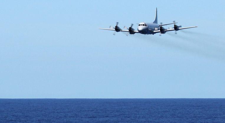 Een AP-3C uit de vloot van de Royal Australian Air Force vliegt laag boven de oceaan tijdens de zoektocht naar de verdwenen vlucht MH370. Beeld EPA
