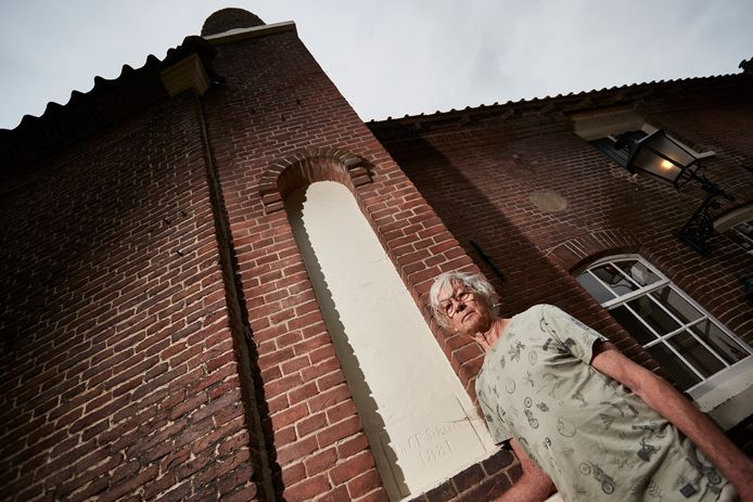 Cor van Mossevelde bij het restant van de schoorsteen van de cichoreifabriek.