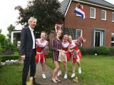 Gemeente Dalfsen verrast geslaagden met feestbezoek van cheerleaders en wethouder
