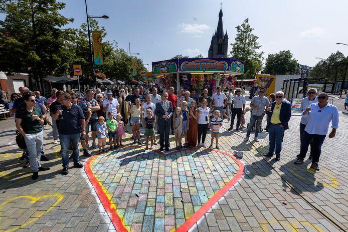 -Burgemeester Anton Ederveen brengt met genodigden en kinderen een toost uit op de vernieuwde Markt.