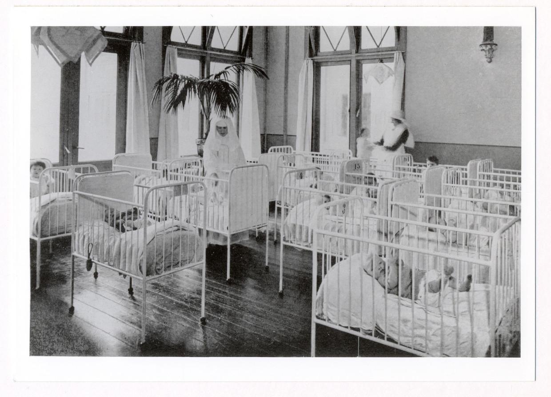Zuigelingenkamer van de stichting Moederheil in Breda, foto gemaakt tussen 1930 en 1935.
