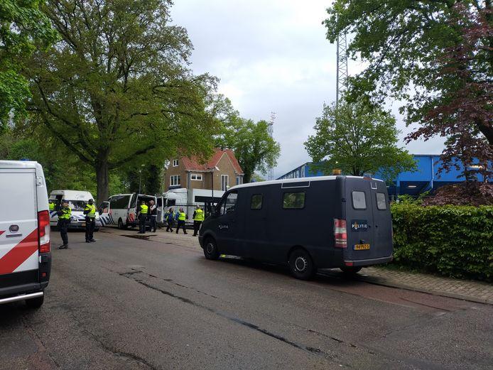 Politieagenten en de ME verzamelen zich voor stadion De Vijverberg in Doetinchem voor het promotieduel tussen De Graafschap en Roda JC.