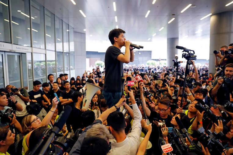 Activist Joshua Wong spreekt demonstranten toe in Hongkong, twee maanden geleden.  Beeld REUTERS