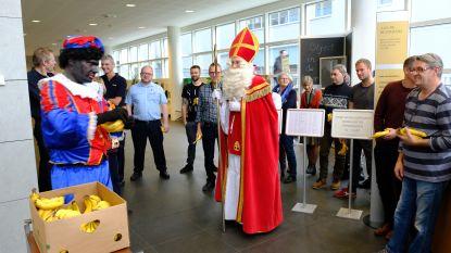 Stakende douaniers krijgen steun van Sinterklaas