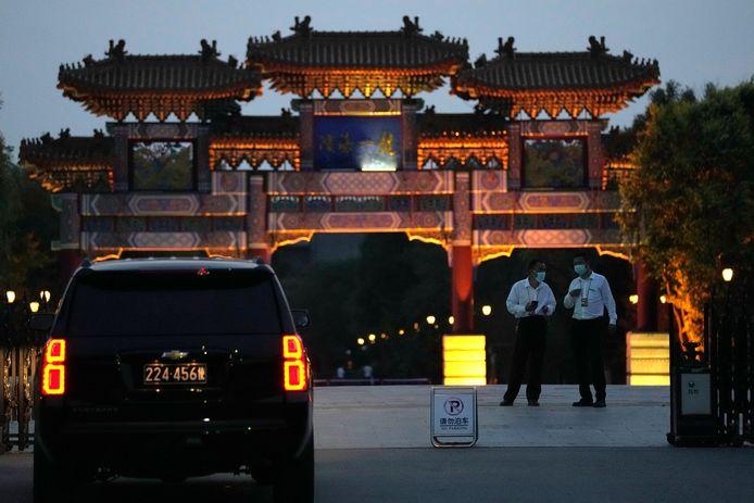Een auto van de Amerikaanse ambassade in China wacht aan het Tianjin Binhai No. 1 Hotel in Peking. Binnen zouden gesprekken plaatsvinden tussen de Chinese viceminister van Buitenlandse Zaken Xie Feng en de Amerikaanse topdiplomate Wendy Sherman.