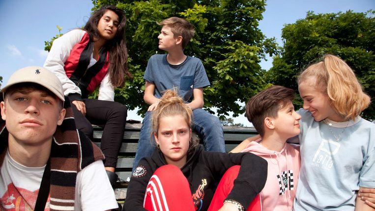 Teun (16), Janne (15), Marko (15) en Loïs (15, van links naar rechts vooraan), Soumaya (15) en Wouter (15, achteraan) Beeld Martijn van de Griendt