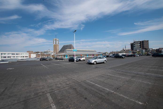 Nijmeegse centrumbewoners met een parkeervergunning kunnen hun auto de komende tijd gratis kwijt op het Molenpoortdak. Daarmee wil wethouder Harriët Tiemens mensen tegemoet komen die een autoplek verloren omdat uitgebreide terrassen in het centrum parkeerhavens bezet houden.