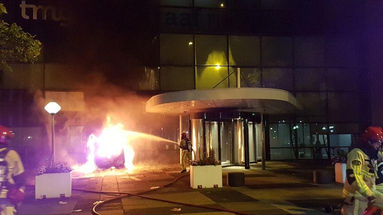 De bestelauto reed door de glazen gevel naar binnen en vloog in brand. Beeld anp