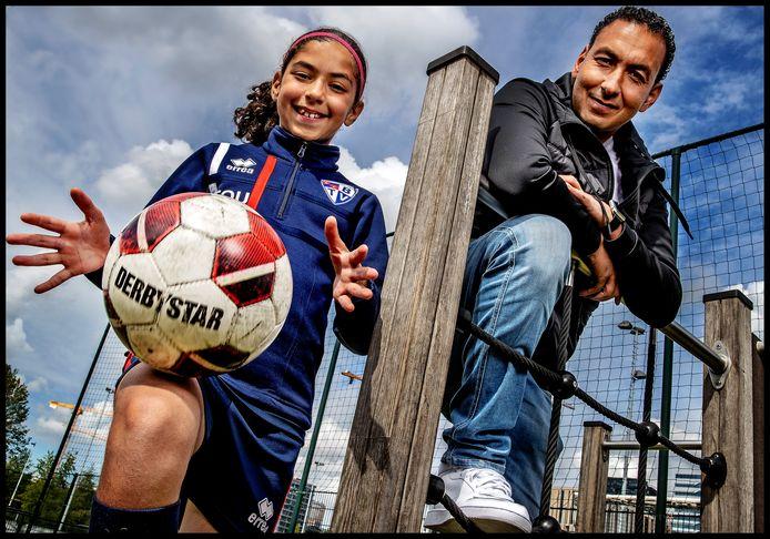 Karim Touzani en zijn dochter Lina, die in Oranje onder 11 speelt.
