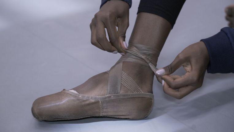 Donker gepoederde spitz aan de voet van danseres Sebia Plantefève-Castryck Beeld Het Nationale Ballet