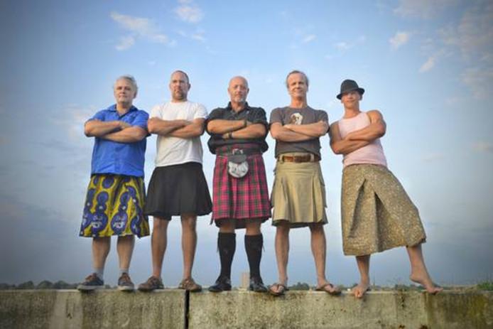 Theo Berlie (tweede van rechts) en vier andere rokdragende mannen.