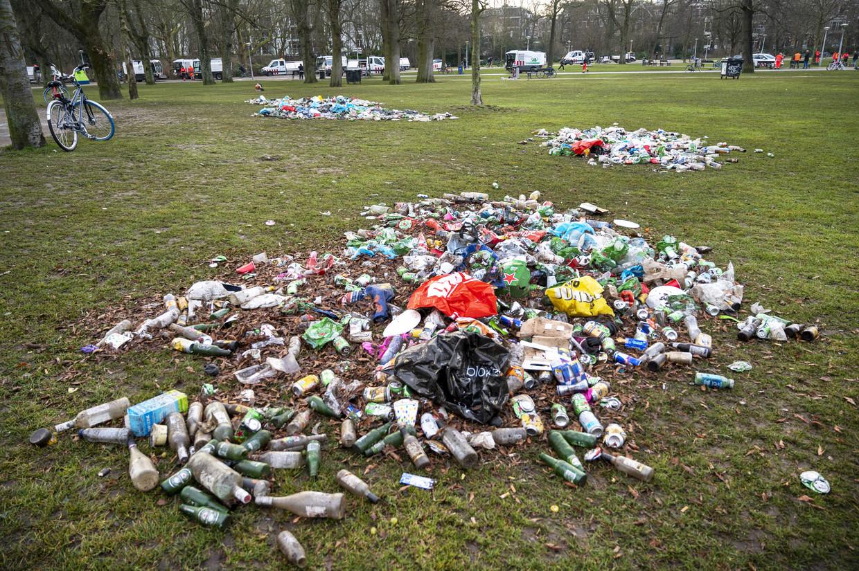 Vuil in het Vondelpark. De politie greep eerder in omdat het in het park te druk was en de coronamaatregelen niet werden nageleefd. Beeld ANP
