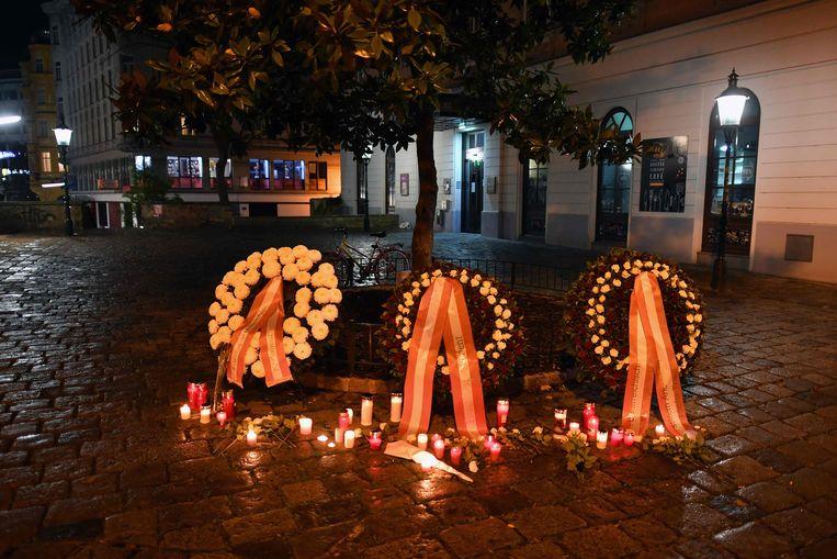 Kransen in Wenen voor de slachtoffers. Beeld AFP