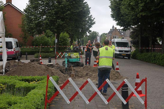 Een kruising op de Raadhuisstraat in Sprang-Capelle is maandagmiddag tijdelijk afgesloten door een gaslek.