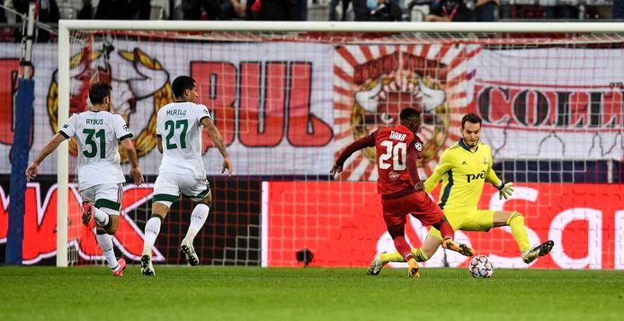Patson Daka laat na om te scoren voor Salzburg.