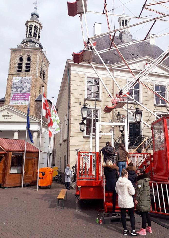 Gelijk een rij voor het reuzenrad voor het raadhuis  op de nostalgische kermis in Roosendaal