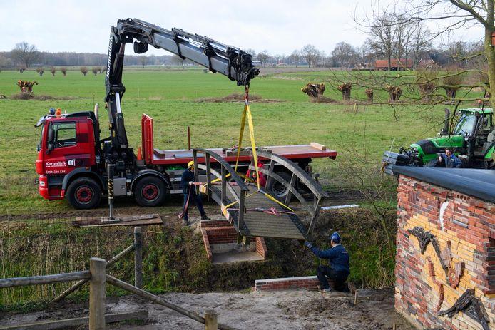 Plaatsing van de loopbrug in Natuurpark Kronenkamp.
