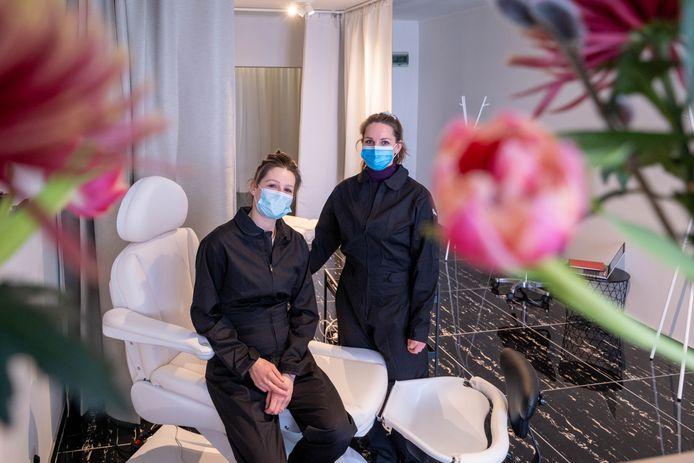 Charlotte Labie en Charlotte Claes nemen met Socialfeet hun intrek in de Adegemstraat.