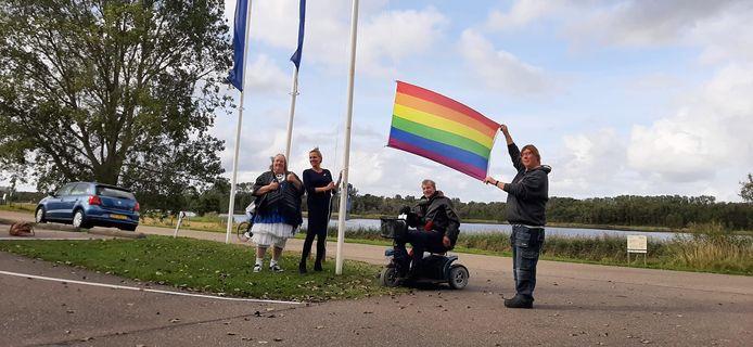 Het hijsen van de regenboogvlag bij het Watersnoodmuseum in Ouwerkerk. Met van links naar rechts: Mathilde van Heck van het Roze Huis, Sandra Fontein van D66, Hans de Jong van SP en Fleur Schatsbergen van het Roze Huis