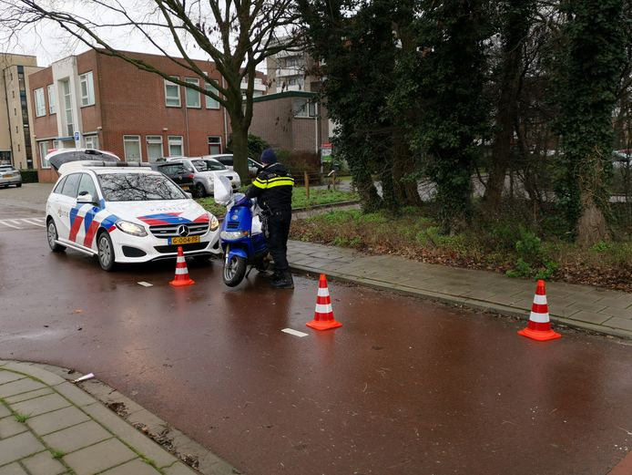 De politie neemt de scooter in beslag.