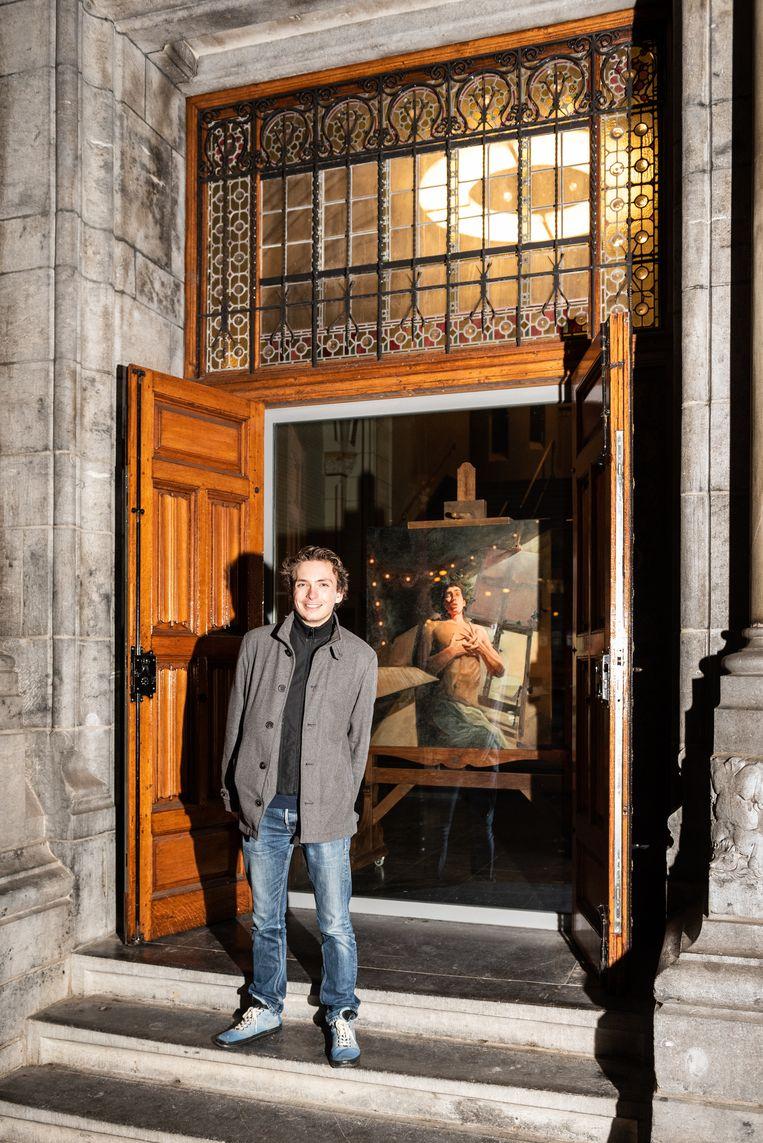 Wolf Hekkema poseert bij zijn schilderij Hou vast. Beeld Simon Lenskens