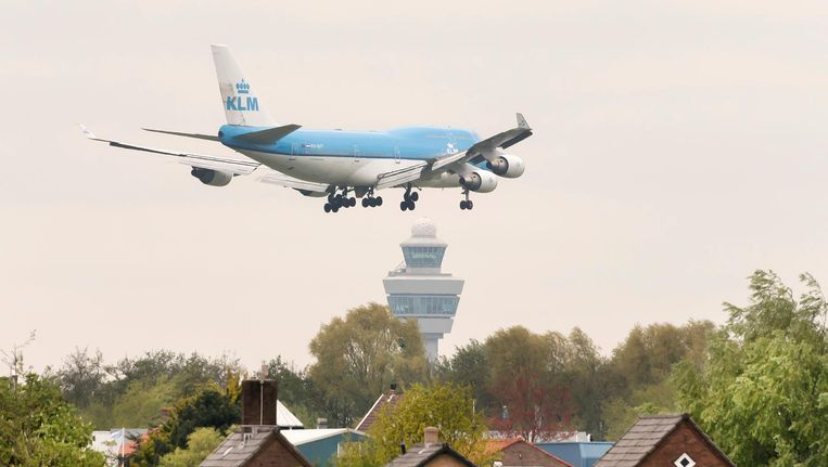 Er komen meer dan 100.000 vluchten over Aalsmeer, terwijl is afgesproken dat het dorp zou worden ontzien. Beeld anp